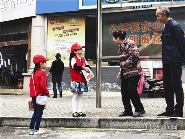 走街串巷马甲红 幼儿义卖当报童