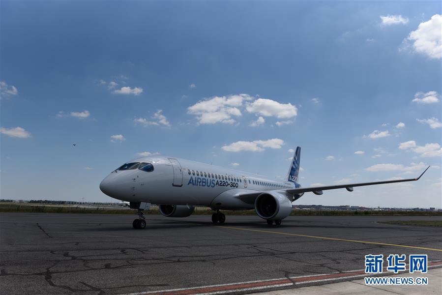 7月10日,在法国图卢兹附近的亨利-齐格勒交付中心,一架空客A220-300飞机亮相仪式现场。