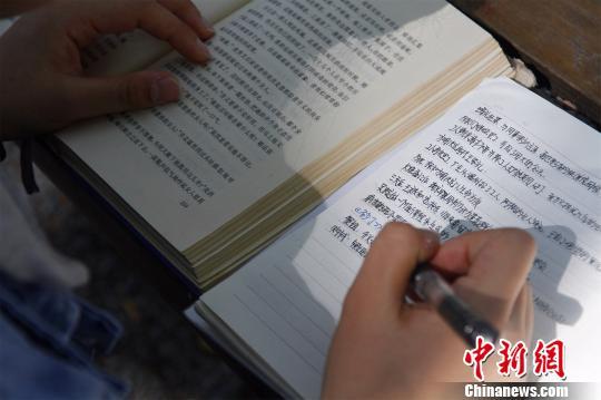 图为丁安琪在写读书笔记。 孙宏瑗 摄