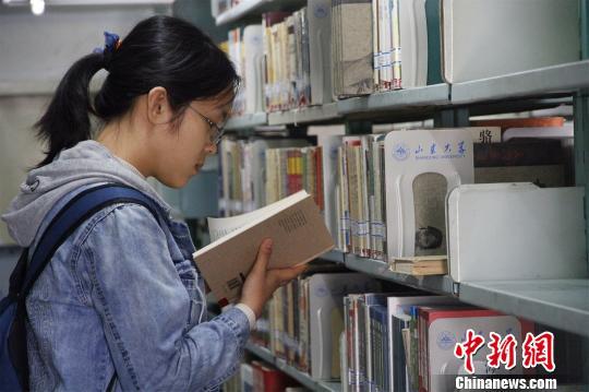图为丁安琪在山东大学图书馆内借阅书籍。 孙宏瑗 摄