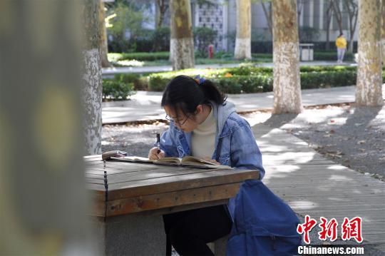 """1年阅读600本书山东大学""""图书馆女孩""""走红校园"""