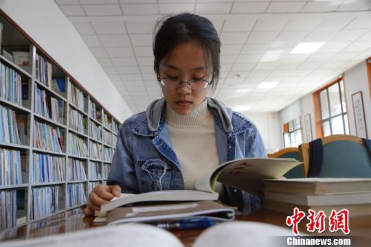 图为丁安琪在山东大学图书馆内读书。 孙宏瑗 摄