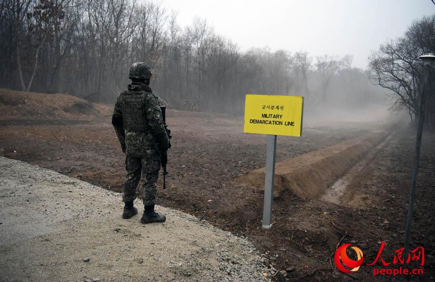 首次向外媒记者团开放的江原道铁原郡军事分界线。裴埈基摄
