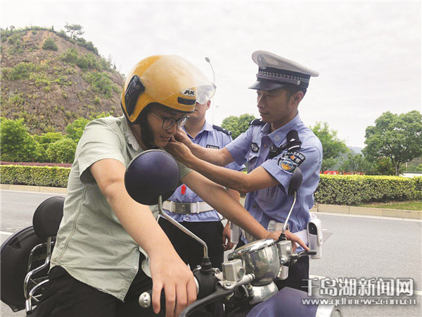 """交警服务真细心""""爱心头盔""""很贴身"""
