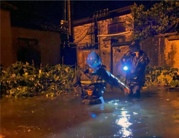 暴雨中 他们与洪水赛跑