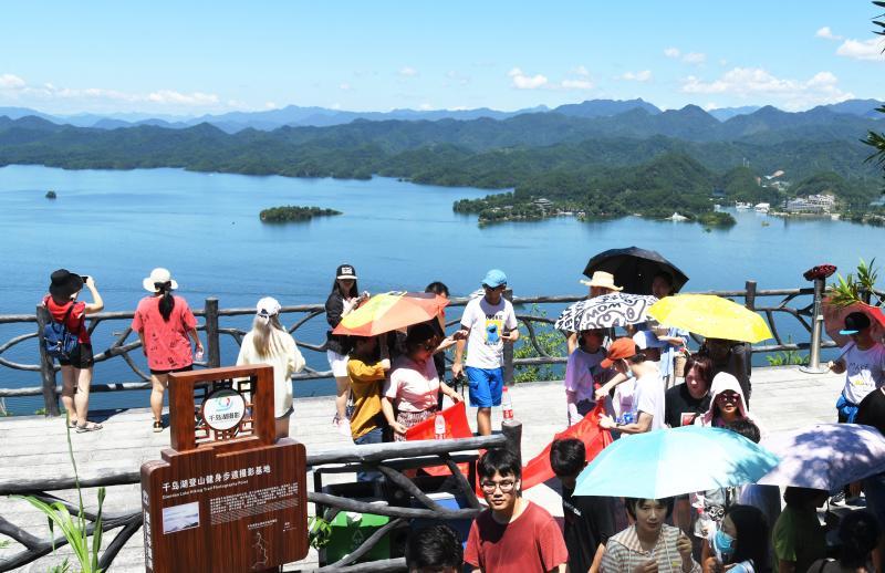 暑期游客登顶观美景