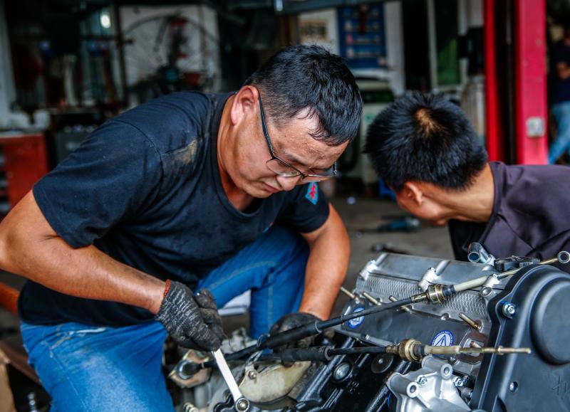 高温下的汽车修理工