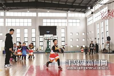 篮球场上活跃湖畔少年